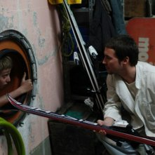 Martin Compston in una scena de L'enfant d'en haut insieme al piccolo Kacey Mottet Klein