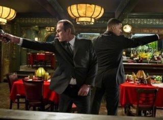 Tommy Lee Jones e Will Smith in lotta con gli alieni in una scena di Men in Black 3
