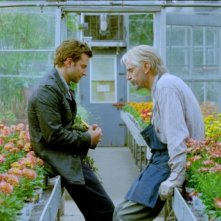 Bradley Cooper e Jeremy Irons discutono in una serra in The Words