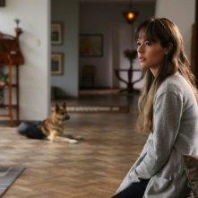 La verità nascosta: Martina Garcìa in una scena del film insieme al suo cane