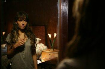 La verità nascosta: Martina Garcìa si specchia in una scena del film