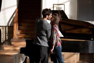 La verità nascosta: Quim Gutiérrez e Clara Lago si baciano in una scena del film