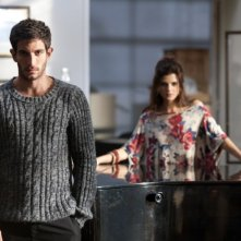 La verità nascosta: Quim Gutiérrez insieme a Clara Lago in una foto promozionale del film