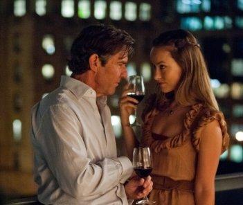 Olivia Wilde e Dennis Quaid in una scena intima di The Words