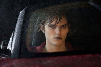 Anche gli zombie vanno in macchina: Nicholas Hoult in una scena di Warm Bodies