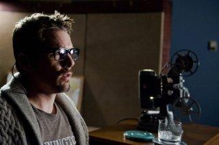 Ethan Hawke osserva stupito un video nel corso della sua indagine in Sinister
