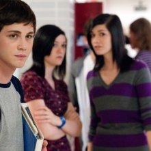 Logan Lerman viene osservato con curiosità dalle compagne di scuola in una scena di The Perks of Being a Wallflower