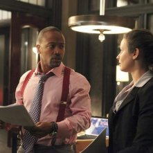 Scandal: Columbus Short e Katie Lowes in una scena del pilot