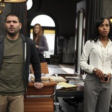 Scandal: Guillermo Diaz e Kerry Washington in una scena del pilot