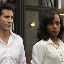 Scandal: Henry Ian Cusick e Kerry Washington in una scena del pilot