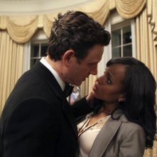 Scandal: Tony Goldwyn e Kerry Washington in una scena del pilot