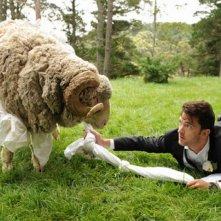 Tre uomini e una pecora: Tim Draxl insieme all'ariete Ramsy in una scena del film