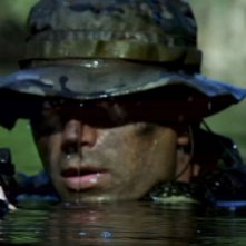 Un marine immerso nell'acqua in una scena di Act of Valor