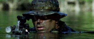 Un marine immerso nell'acqua in una scena di Act of Valor