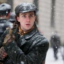 Aaron Johnson nei panni di Joe in una scena di Albert Nobbs