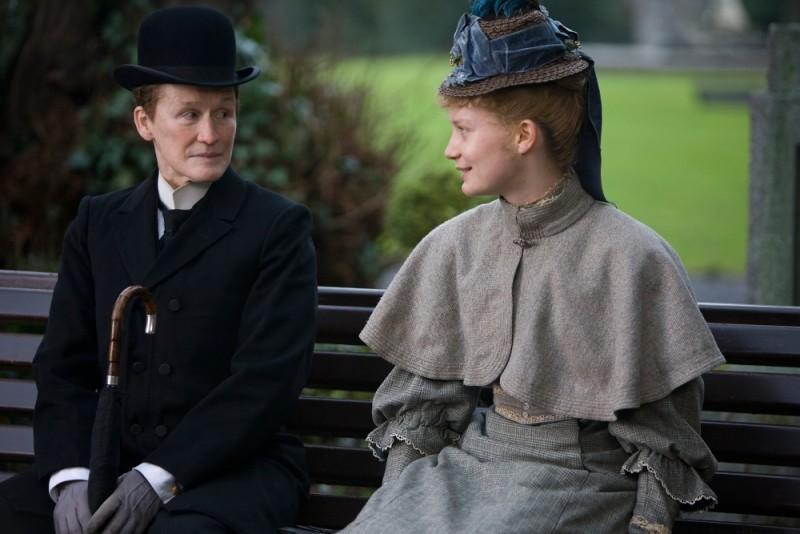 Albert Nobbs: Glenn Close e Mia Wasikowska in una scena del film si rilassano su una panchina