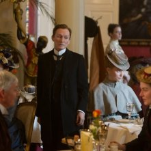 Albert Nobbs: Glenn Close in una scena del film con Mia Wasikowska