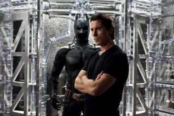 Christian Bale davanti al costume di Batman in una scena di Il cavaliere oscuro - Il ritorno