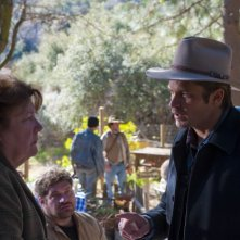 Justified: Margo Martindale e Timothy Olyphant nell'episodio For Blood or Money