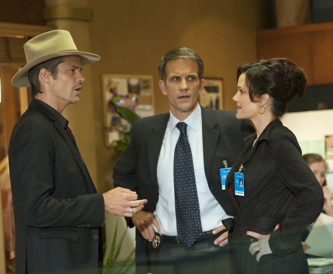 Justified: Timothy Olyphant, Mel Fair e Carla Gugino nell'episodio Cut Ties