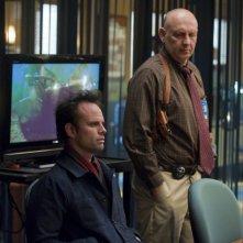 Justified: Walton Goggins e Nick Searcy nell'episodio Blaze of Glory
