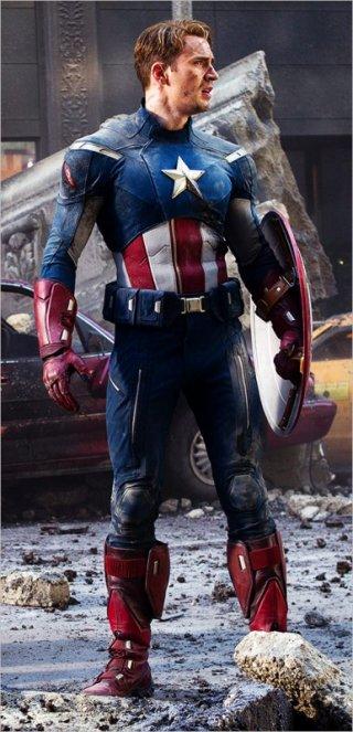 Chris Evan nei panni di Capitan America in una scena di The Avengers