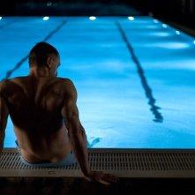 Daniel Craig sul bordo di una piscina in una scena nella prima foto ufficiale di Skyfall
