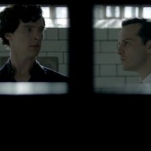 Benedict Cumberbatch e Andrew Scott in prigione in The Reichenbach Fall, episodio finale della seconda stagione di Sherlock