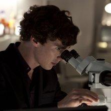 Benedict Cumberbatch e il suo inseparabile microscopio in The Reichembach Fall