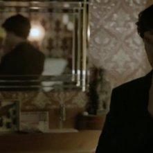 Benedict Cumberbatch riflette sul problema finale in una scena di The Reichembach Fall