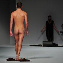 Giuseppe Sartori nudo durante la sfilata di Frankie Morello, nel 2012