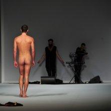 Giuseppe Sartori nudo durante una sfilata di Frankie Morello