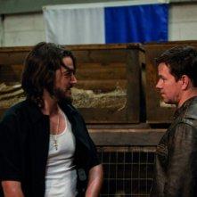 Mark Wahlberg in una scena di Contraband insieme a Diego Luna