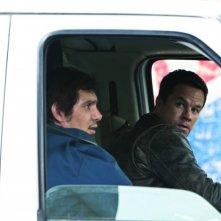 Mark Wahlberg in una scena di Contraband insieme a Lukas Haas