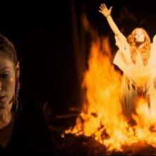 Rada Rassimov con Helena Ronee (sullo sfondo) in una scena de Gli orrori del castello di Norimberga