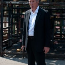 Richard Gere in una scena del thriller poliziesco The Double nei panni di Paul Shepherdson