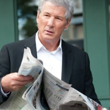 Richard Gere legge il giornale in una scena del poliziesco The Double