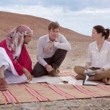 Ewan McGregor, Emily Blunt e Amr Waked fanno un picnic nel deserto in Salmon Fishing in the Yemen