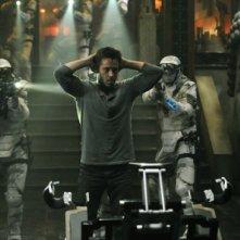 Colin Farrell viene arrestato in una scena di Total Recall