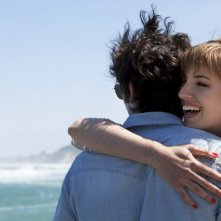 Gaspard Proust con Louise Bourgoin in L'Amour dure trois ans