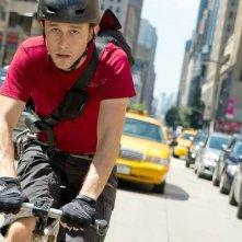 Il ciclista Joseph Gordon-Levitt, protagonista di Premium Rush, sfreccia nel traffico di New York