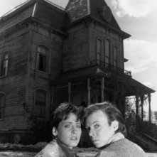 Lori Petty e Bud Cort in una foto promozionale di Il motel della paura (Bates Motel, 1987)