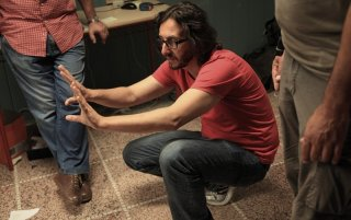 Il regista Daniele Vicari da indicazioni sul set del film Diaz - Non pulire questo sangue