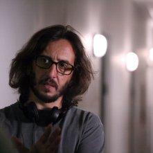 Il regista Daniele Vicari sul set del film Diaz - Non pulire questo sangue