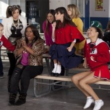 Glee: Amber Riley, Lea MIchele, Jenna Ushkowitz e Chris Colfer in una scena dell'episodio Sì/ No