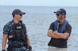 Il regista Peter Berg insieme a Taylor Kitsch sul set di Battleship