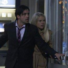 Alice Eve insieme a Josh Peck in una concitata scena di ATM - Trappola mortale