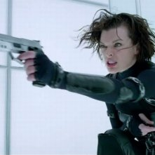Milla Jovovich in una concitata scena dell'action Resident Evil: Retribution