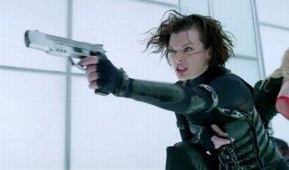 Milla Jovovich in una concitata scena dell'action Resident Evil: Retribution