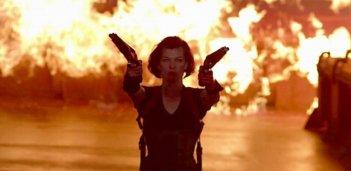 Milla Jovovich tra le fiamme in una scena di Resident Evil: Retribution
